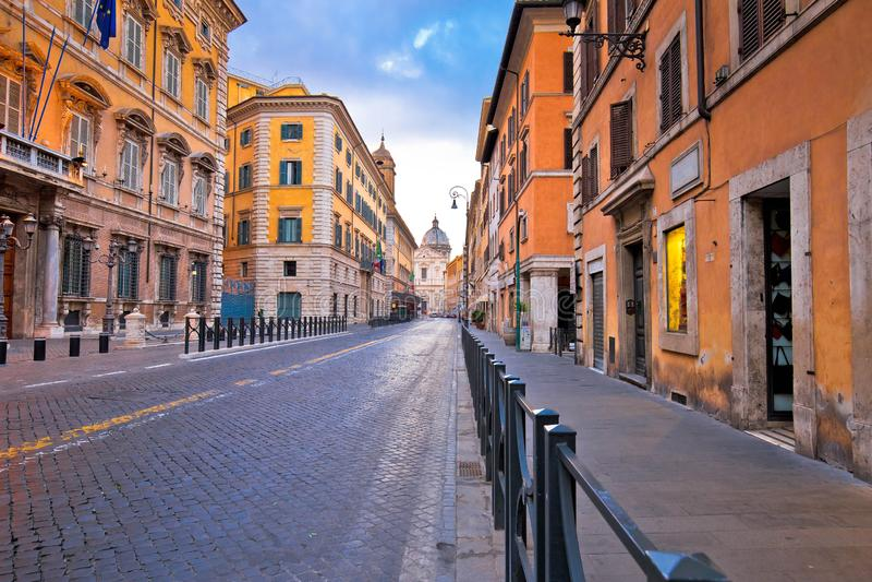 Ζωηρόχρωμη κενή οδός της άποψης αυγής της Ρώμης στοκ εικόνες με δικαίωμα ελεύθερης χρήσης