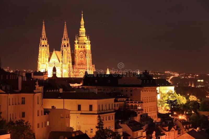 Ζωηρόχρωμη νύχτα Πράγα με το Castle στοκ φωτογραφία με δικαίωμα ελεύθερης χρήσης