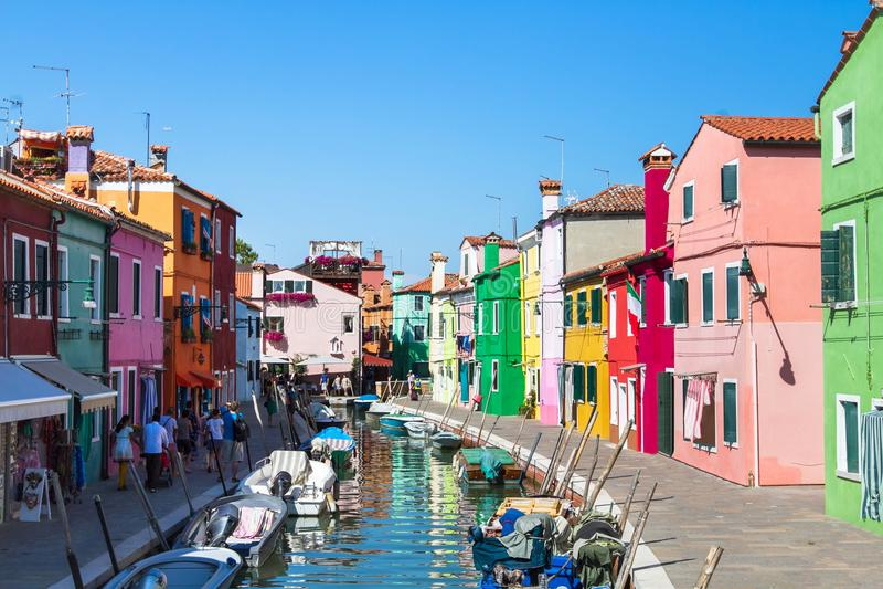 Ζωηρόχρωμη οδός του νησιού Burano, κανάλι στη Βενετία στοκ φωτογραφία