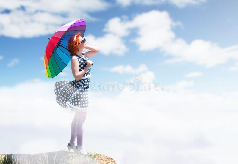 ζωηρόχρωμη ομπρέλα κοριτσ& στοκ φωτογραφία με δικαίωμα ελεύθερης χρήσης