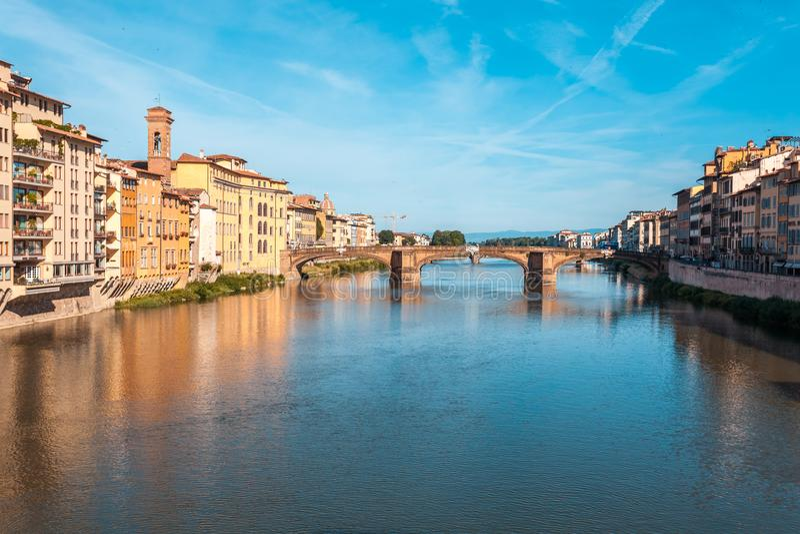 Ζωηρόχρωμη παλαιά γραμμή κτηρίων ο ποταμός Arno στη Φλωρεντία, Ιταλία στοκ φωτογραφίες με δικαίωμα ελεύθερης χρήσης