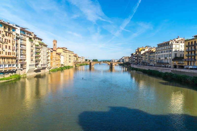 Ζωηρόχρωμη παλαιά γραμμή κτηρίων ο ποταμός Arno στη Φλωρεντία, Ιταλία στοκ εικόνα