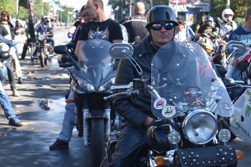 Ζωηρόχρωμη παρέλαση ποδηλατών σε Melitopol στοκ εικόνα