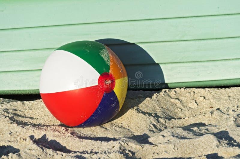 Ζωηρόχρωμη παραλία-σφαίρα μπροστά από μια πράσινη βάρκα στοκ εικόνα με δικαίωμα ελεύθερης χρήσης