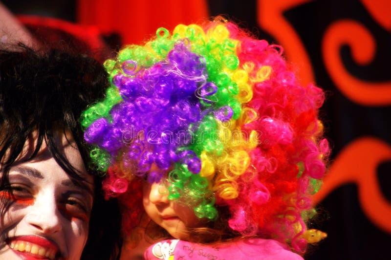 Ζωηρόχρωμη περούκα παιδιών γυναικών κομμάτων μεταμφιέσεων makeup στοκ φωτογραφία