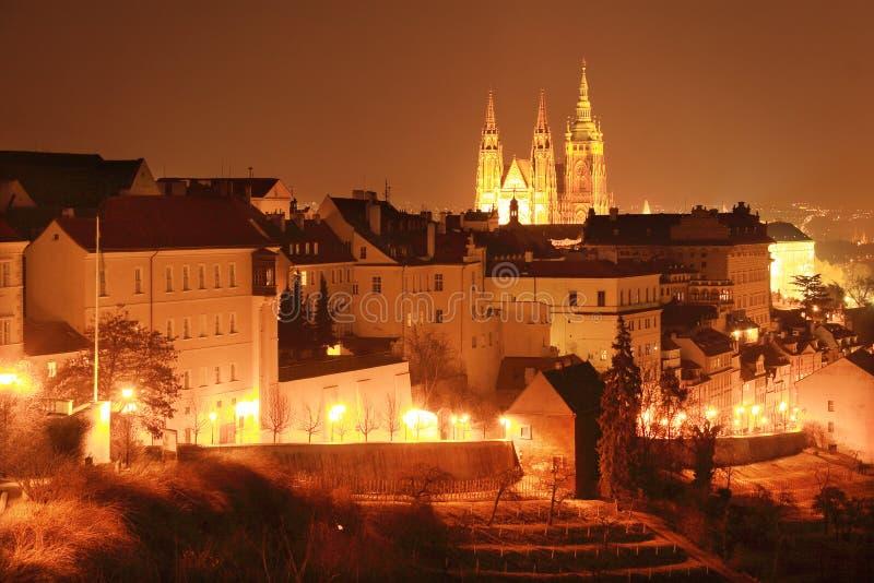 Ζωηρόχρωμη Πράγα με το γοτθικό Castle στη νύχτα στοκ εικόνα