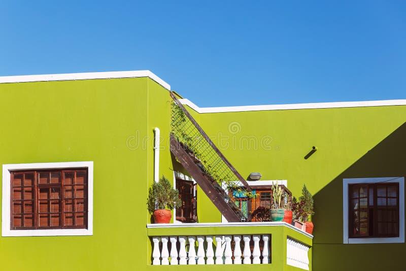 Ζωηρόχρωμη πράσινη πρόσοψη του παλαιού σπιτιού στην περιοχή του BO Kaap, Καίηπ Τάουν στοκ φωτογραφία