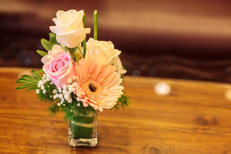 Ζωηρόχρωμη ρομαντική ανθοδέσμη λουλουδιών με στο ξύλινο επιτραπέζιο υπόβαθρο Επέτειος, βαλεντίνος, γάμος, πρόταση, χρονολόγηση, έ στοκ εικόνες