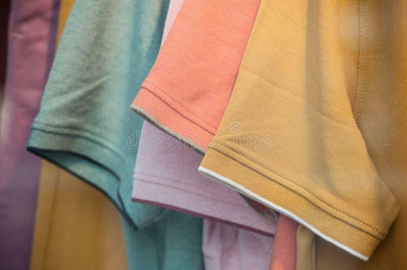 Ζωηρόχρωμη συλλογή πουκάμισων για τα άτομα στις κρεμάστρες στα fas στοκ φωτογραφίες με δικαίωμα ελεύθερης χρήσης