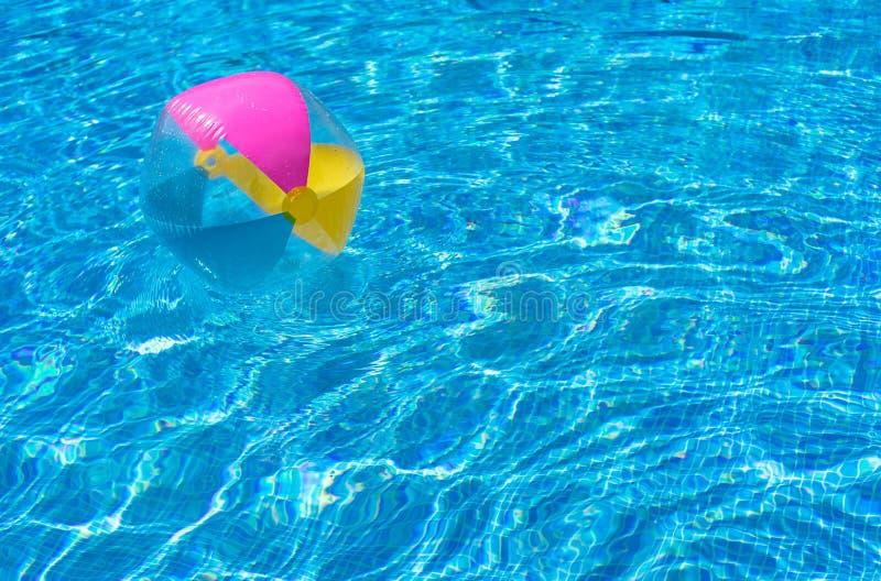 Ζωηρόχρωμη σφαίρα παραλιών στο νερό πισινών στοκ εικόνα με δικαίωμα ελεύθερης χρήσης