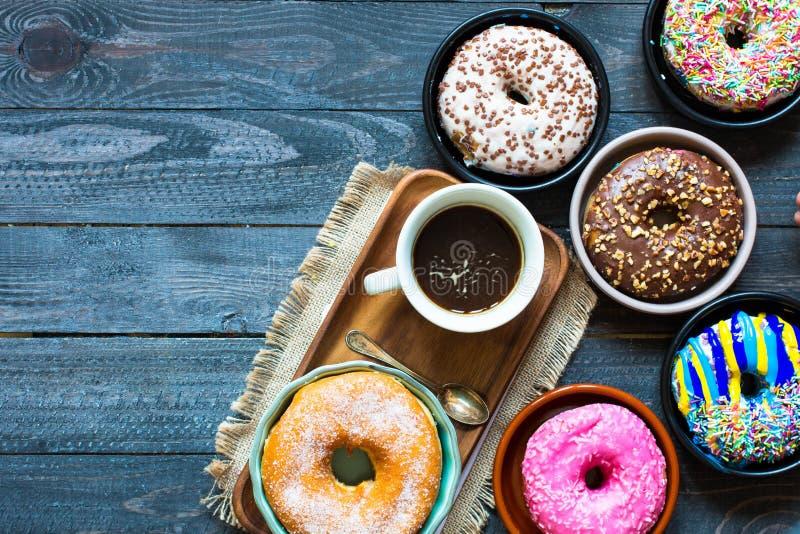 Ζωηρόχρωμη σύνθεση προγευμάτων Donuts με τις διαφορετικές μορφές χρώματος στοκ φωτογραφία με δικαίωμα ελεύθερης χρήσης