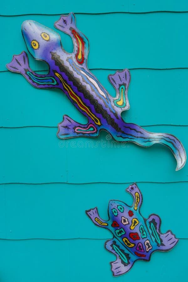 Ζωηρόχρωμη τέχνη διακοσμήσεων τοίχων σαυρών μετάλλων στοκ εικόνα