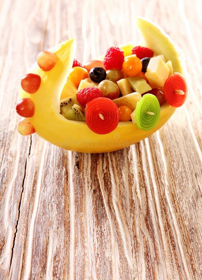 Download Ζωηρόχρωμη υγιής σαλάτα νωπών καρπών σε μια βάρκα Στοκ Εικόνες - εικόνα από party, σταφύλια: 62700206
