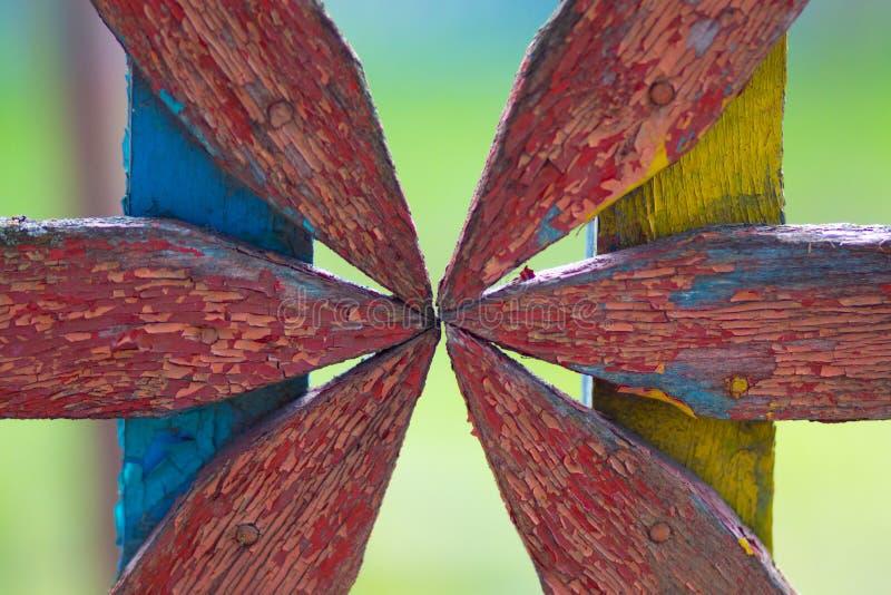 Ζωηρόχρωμη φθαρμένη ξύλινη διακόσμηση στο φράκτη ως υπόβαθρο στοκ εικόνες
