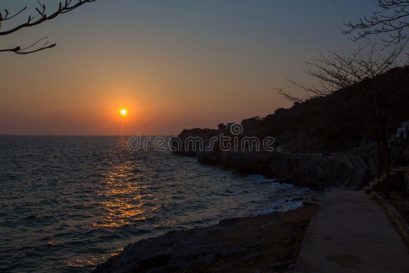 Ζωηρόχρωμη ωκεάνια ανατολή παραλιών Ηλιοβασίλεμα στη διάσημη παραλία Ηλιοβασίλεμα πέρα από τον κόλπο νησιών στοκ εικόνες
