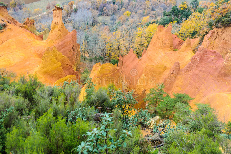 Ζωηρόχρωμοι απότομοι βράχοι στο γαλλικό Κολοράντο, Προβηγκία, Γαλλία στοκ φωτογραφίες με δικαίωμα ελεύθερης χρήσης