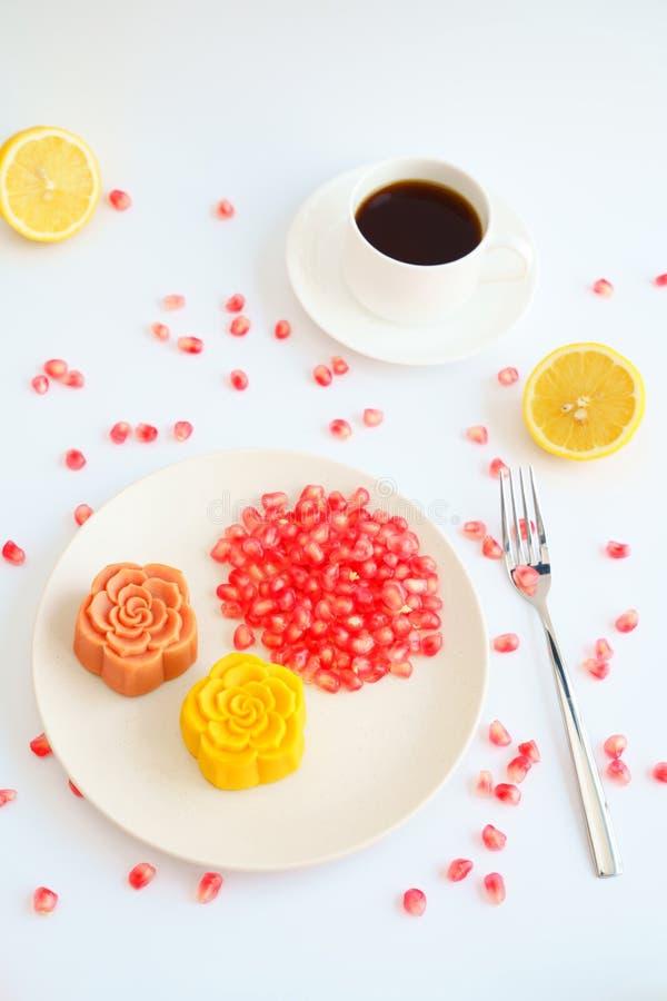 Ζωηρόχρωμοι κινεζικοί mooncakes και καφές με το άσπρο υπόβαθρο στοκ εικόνα με δικαίωμα ελεύθερης χρήσης