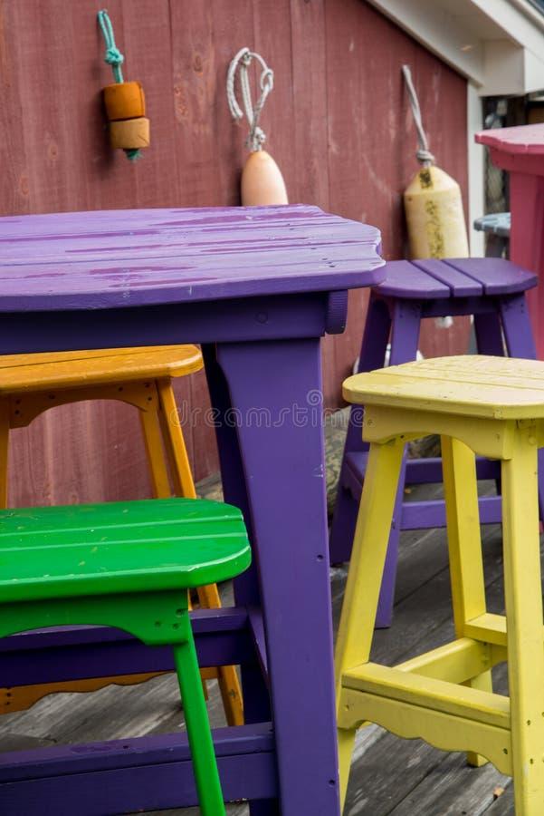 Ζωηρόχρωμοι πίνακας και καρέκλες στοκ εικόνες με δικαίωμα ελεύθερης χρήσης