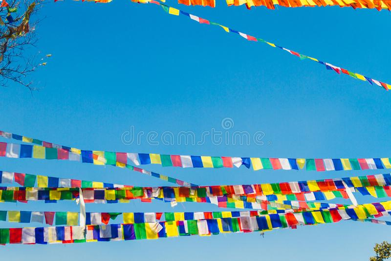 Ζωηρόχρωμοι σημαίες και μπλε ουρανός προσευχής στοκ φωτογραφία με δικαίωμα ελεύθερης χρήσης