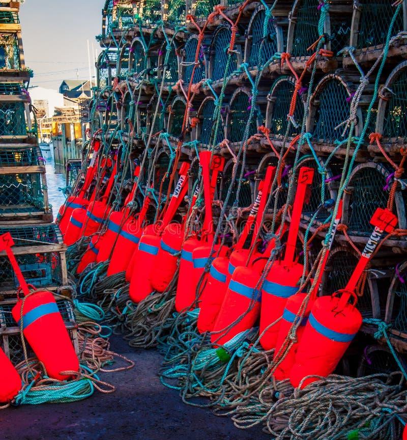Ζωηρόχρωμοι σημαντήρες και παγίδες αλιείας αστακών στοκ φωτογραφία με δικαίωμα ελεύθερης χρήσης