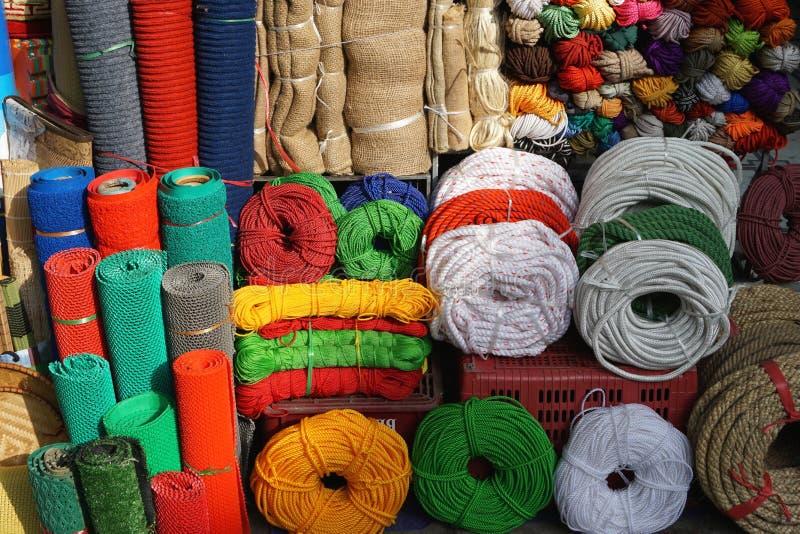 Ζωηρόχρωμοι σχοινί, σκοινί, σπάγγος και burlap για την πώληση στην ασιατική αγορά στοκ εικόνες