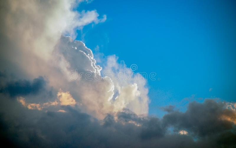 Ζωηρόχρωμοι σύννεφα και ουρανός αμέσως πριν από την αρχή του ηλιοβασιλέματος στοκ εικόνες