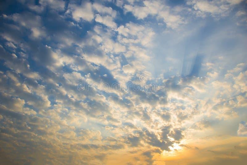 Ζωηρόχρωμοι σύννεφα και ουρανός στα sunsets στοκ εικόνες