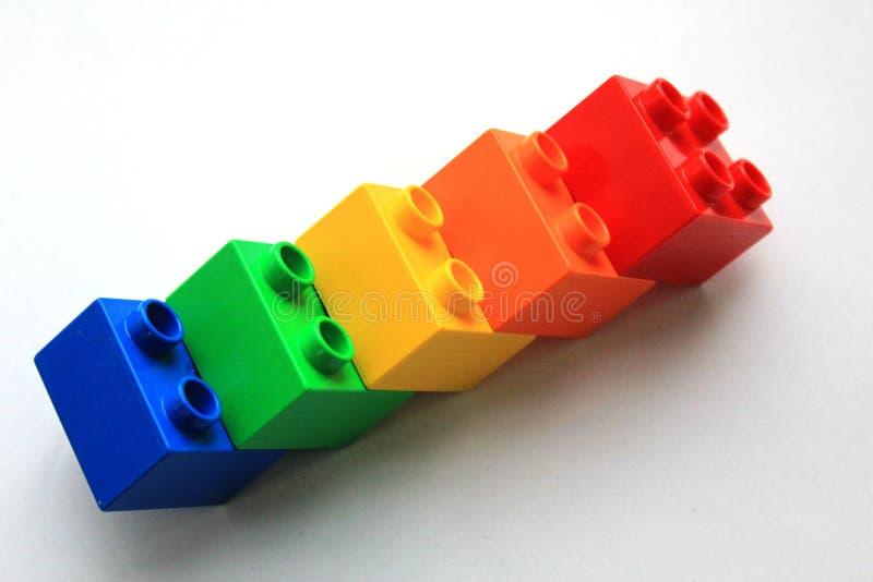 Ζωηρόχρωμοι φραγμοί LEGO στο άσπρο υπόβαθρο στοκ φωτογραφίες με δικαίωμα ελεύθερης χρήσης
