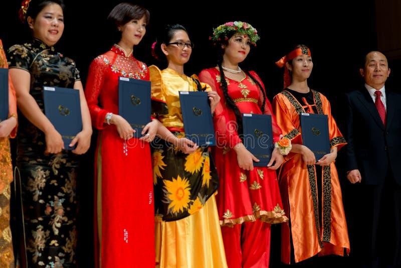 Ζωηρόχρωμοι χορευτές με το βραβείο στο κοστούμι στοκ εικόνα