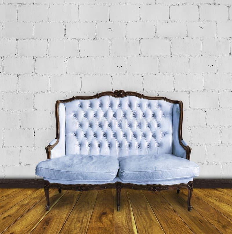 ζωηρόχρωμος αναδρομικός καναπές δωματίων στοκ φωτογραφία