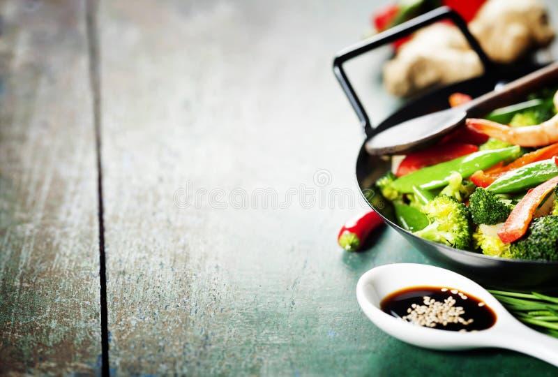 Ζωηρόχρωμος ανακατώστε τα τηγανητά σε ένα wok στοκ εικόνες