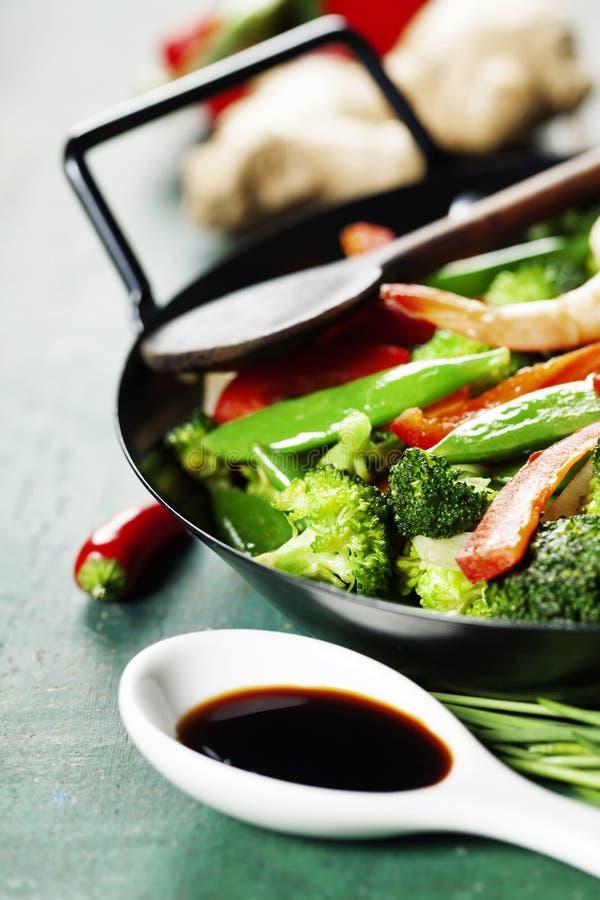 Ζωηρόχρωμος ανακατώστε τα τηγανητά σε ένα wok στοκ φωτογραφίες με δικαίωμα ελεύθερης χρήσης