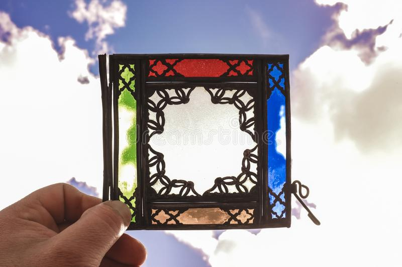 Ζωηρόχρωμος αραβικός λαμπτήρας του μετάλλου και του γυαλιού με το αστέρι κινητήριο στοκ φωτογραφίες