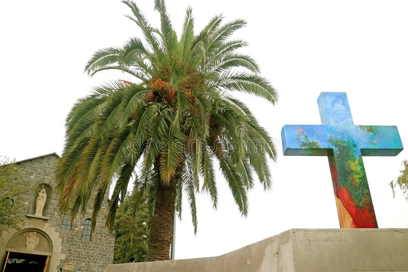 Ζωηρόχρωμος διακοσμητικός σταυρός Templo Maternidad de Μαρία Church στην κορυφή υψώματος SAN Cristobal, ιστορική θέση στο Σαντιάγ στοκ εικόνα