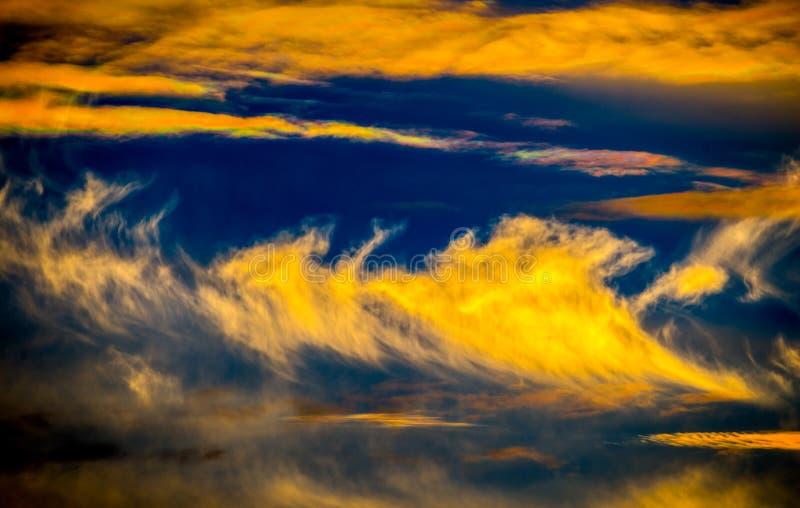 Ζωηρόχρωμος δραματικός νεφελώδης ουρανός στοκ εικόνες με δικαίωμα ελεύθερης χρήσης