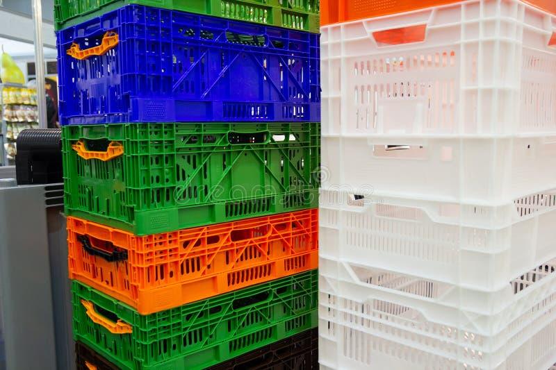 Ζωηρόχρωμος εμπορευματοκιβωτίων σωρός καλαθιών κιβωτίων πλαστικός στοκ εικόνα