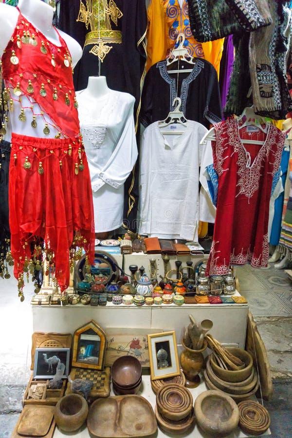 Ζωηρόχρωμος ιματισμός για την πώληση στην αγορά στο παζάρι Houmt EL σε Djerba, Τυνησία στοκ φωτογραφία