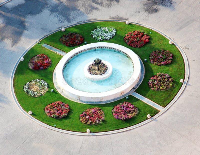 Ζωηρόχρωμος κήπος με την πηγή στοκ εικόνες