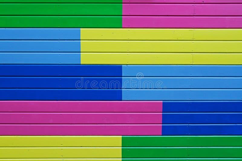 Ζωηρόχρωμος κίτρινος, πράσινος, μπλε και ρόδινος χρωματισμένος ξύλινος τοίχος στοκ φωτογραφίες με δικαίωμα ελεύθερης χρήσης