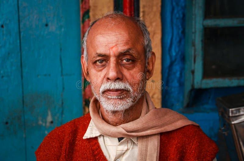 Ζωηρόχρωμος καταστηματάρχης στο Varanasi, Ούτα Πράτες, Ινδία στοκ φωτογραφίες