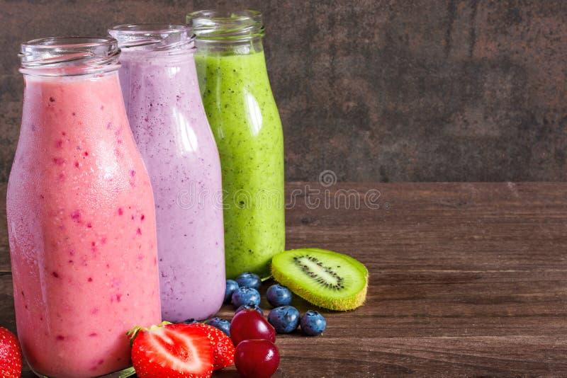 Ζωηρόχρωμος καταφερτζής, υγιεινή διατροφή βιταμινών detox ή vegan έννοια τροφίμων, φρέσκες βιταμίνες, ποτό με τα φρούτα και τα μο στοκ φωτογραφία με δικαίωμα ελεύθερης χρήσης