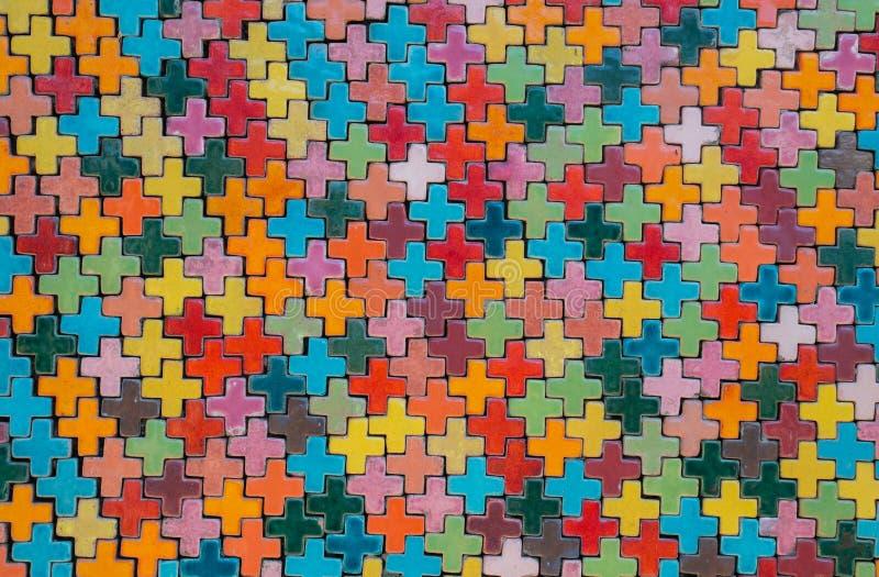 Ζωηρόχρωμος κεραμικός τοίχος με συν τη μορφή στοκ εικόνα με δικαίωμα ελεύθερης χρήσης