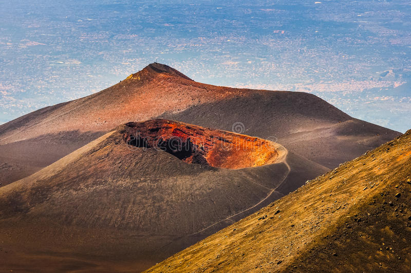 Ζωηρόχρωμος κρατήρας Etna του ηφαιστείου με την Κατάνια στο υπόβαθρο, Sici στοκ φωτογραφία