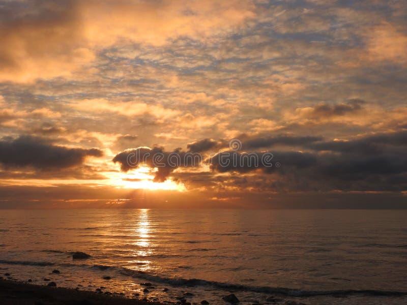 Ζωηρόχρωμος νεφελώδης ουρανός κοντά στη θάλασσα της Βαλτικής, Λιθουανία στοκ φωτογραφία