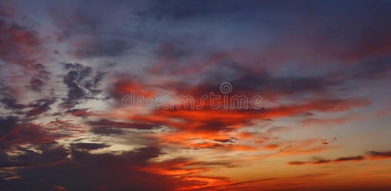 Ζωηρόχρωμος νεφελώδης ουρανός στο ηλιοβασίλεμα Μπλε κόκκινο υπόβαθρο ουρανού χρώματος στοκ εικόνα με δικαίωμα ελεύθερης χρήσης