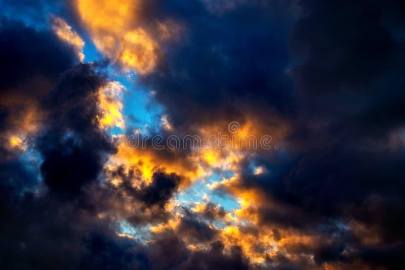Ζωηρόχρωμος νεφελώδης ουρανός στοκ εικόνα με δικαίωμα ελεύθερης χρήσης
