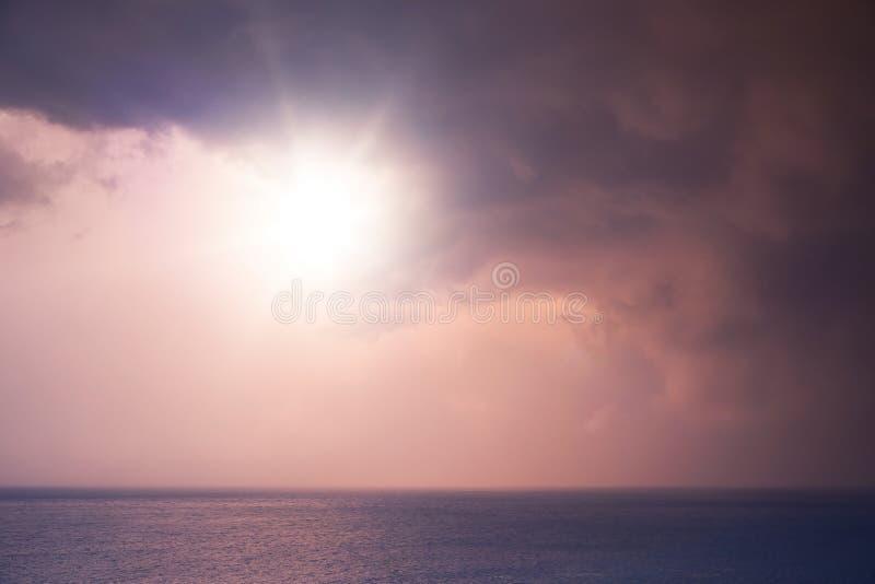 Ζωηρόχρωμος ουρανός ανατολής με τον ήλιο που λάμπει μέσω των σύννεφων στοκ εικόνες