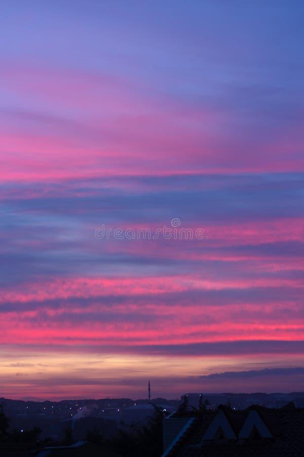 ζωηρόχρωμος ουρανός ηλιοβασιλέματος με τα όμορφα σύννεφα πέρα από τη Ιστανμπούλ στοκ εικόνα