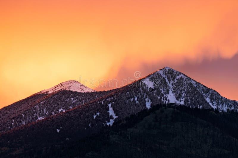 Ζωηρόχρωμος ουρανός ηλιοβασιλέματος πέρα από καλυμμένα τα χιόνι βουνά Flagstaff, Αριζόνα στοκ εικόνες με δικαίωμα ελεύθερης χρήσης