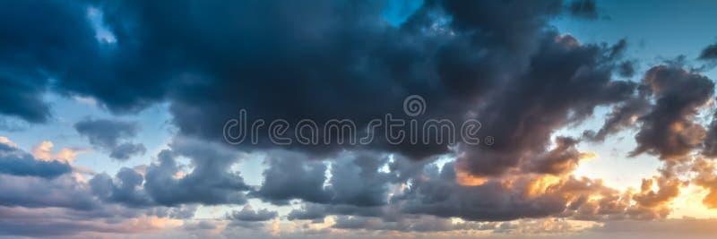 Ζωηρόχρωμος ουρανός με τα σύννεφα στοκ φωτογραφίες